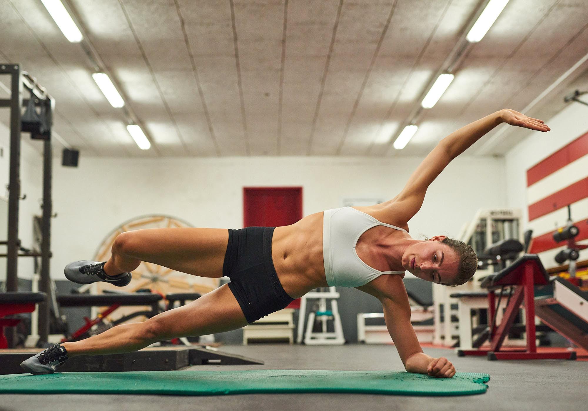 Bianca Baak side plank core workout