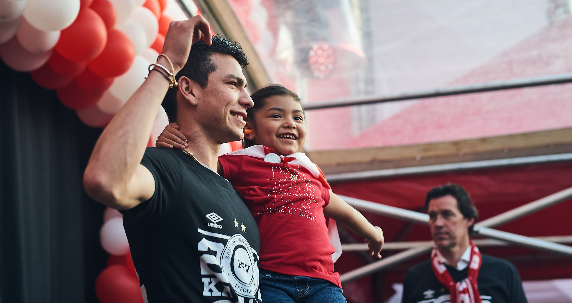 Hirving Lozano carrying his daughter